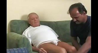 Coroa mamando velho roludo / Dad sucking older